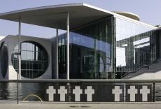 Blick über die Spree auf das Marie-Elisabeth-Lüders-Haus am Schiffbauerdamm in Berlin - Mitte, im Vordergrund ein Mahnmal für die Opfer der Berliner Mauer